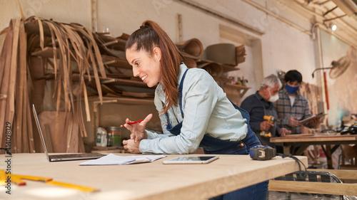 Fototapeta Handwerker Frau beim Videochat am Computer obraz