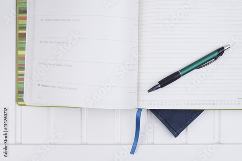 Obraz Kalendarz i długopis na białym biurku - fototapety do salonu