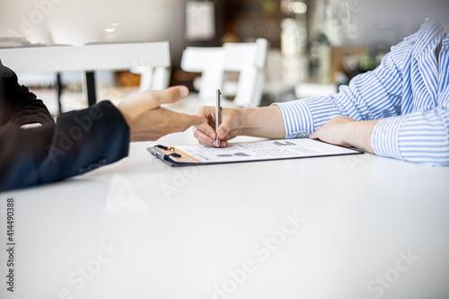 Job interviewees reviewing their resume. Fototapet