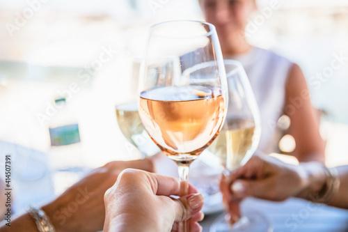 Carta da parati Four female friends drinking wine in street cafe