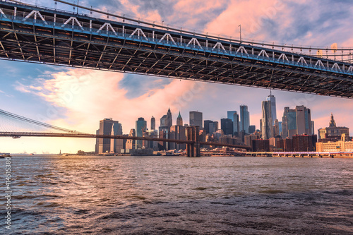 Puentes de Manhattan y Brooklin con panorama de Nueva York