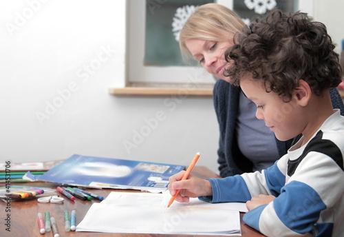 Photographie learning at home with mother and child sitting at a table stock photo