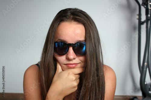 Obraz baba, okulary, moda, beuty, portret, młoda, piękne, glases, buzia, osoba, lato, atrakcyjność, brunetka, bystra,  lud,  styl, dama, uśmiech, atelier, czarna, okulary, portret - fototapety do salonu