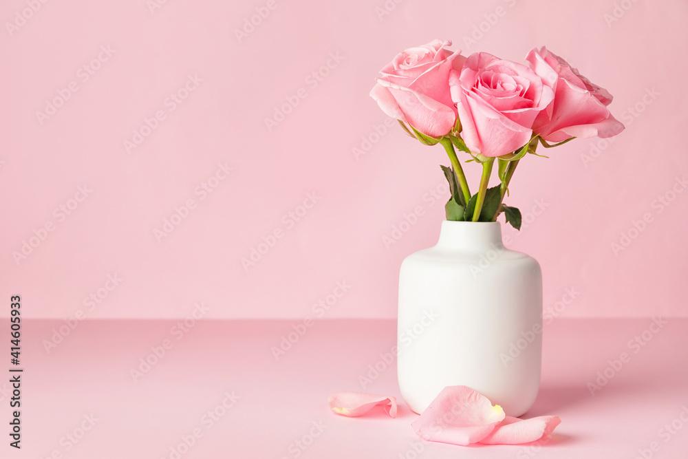 Fototapeta Beautiful pink roses in vase on color background
