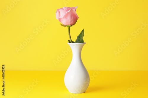 Fotografija Beautiful pink rose in vase on color background
