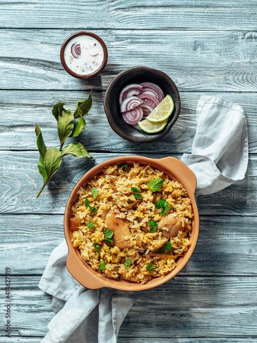 Carta da parati Pakistani food - biryani rice with chicken and raita yoghurt dip