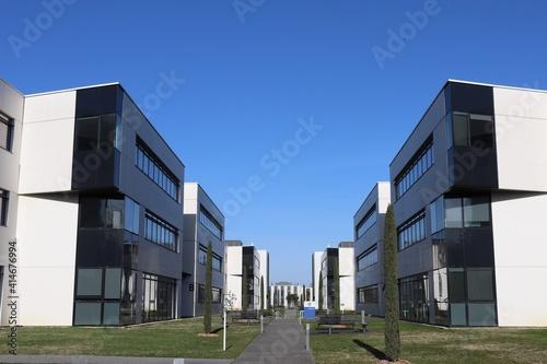 Obraz na plátně Immeubles de bureaux modernes vus de l'extérieur dans le parc d'activités les a