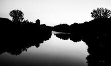 Atardecer En Blanco Y Negro Que Da Lugar A Siluetas Sobre El Río Dordoña