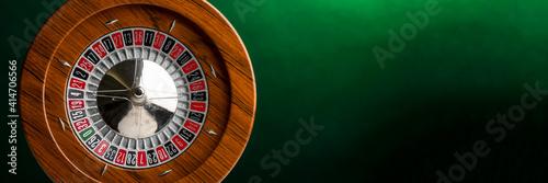 Foto Roulette in legno isolata su sfondo  verde