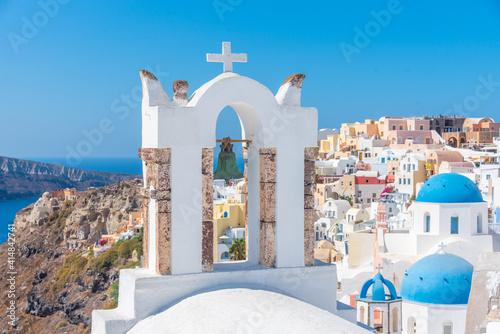 Churches and blue cupolas of Oia town at Santorini, Greece Fototapet