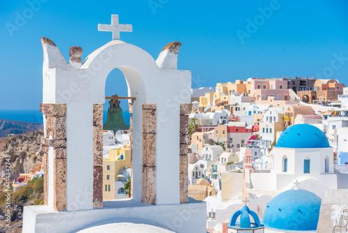 Foto Churches and blue cupolas of Oia town at Santorini, Greece