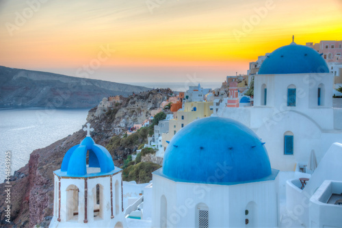 Photographie Sunset view of churches and blue cupolas of Oia town at Santorini, Greece
