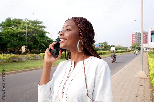 Fototapeta Jeune fille africaine au téléphone