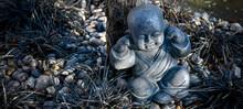Bannière Du Concept Des Trois Singes Avec Une Statue D'un Moine Bouddhiste Se Bouchant Les Oreilles Pour Ne Pas Entendre
