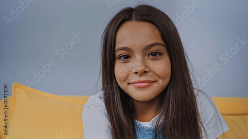 Foto happy brunette girl smiling and looking at camera
