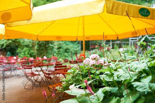 Foto Schöner bayerischer Biergarten im Sommer mit schöner Terrasse