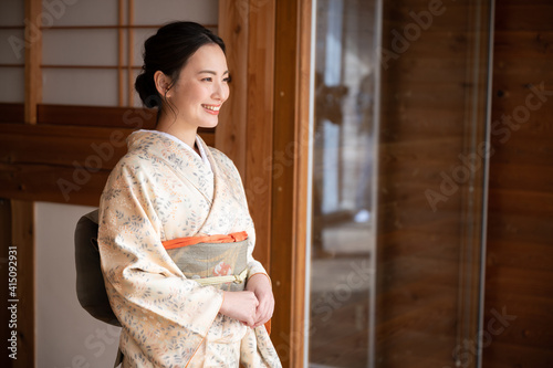 Obraz na plátně Japanese women who look good in beautiful kimonos that are easy to use as banner material for travel