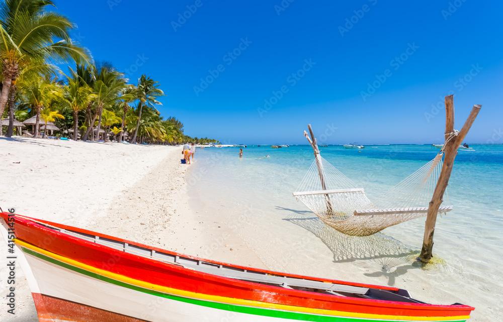 Fototapeta Barque et hamac sur plage du Morne-Brabant, île Maurice