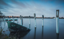 La Barque Coule Dans L'étang à La Tombée De La Nuit