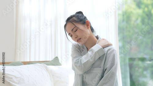 Foto 疲れた女性 睡眠不足 肩こり