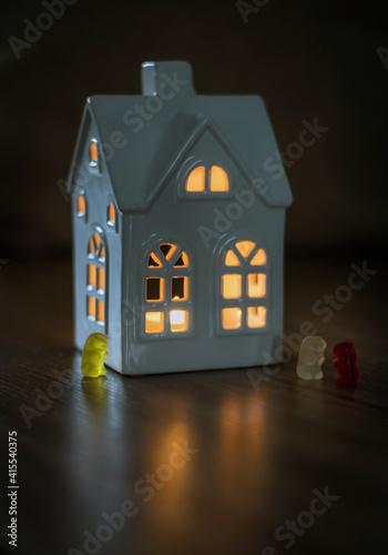 Obraz Żelki Haribo przed domem - fototapety do salonu