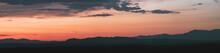 Atardecer En La Sierra De Guadarrama En Madrid, España. Cielo Anaranjado Con Los últimos Rayos Del Sol Resaltando La Silueta De Las Montañas Ubicadas Al Norte De Madrid.