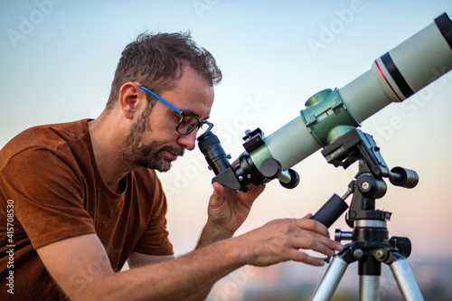 Tablou Canvas Amateur astronomer looking at the sky with a telescope.
