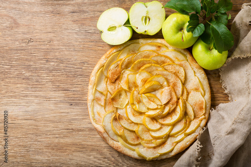 apple pie with fresh fruits, top view © Nitr