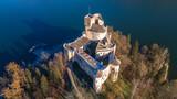 Zamek Dunajec w Niedzicy na tle Jeziora Czorsztyńskiego