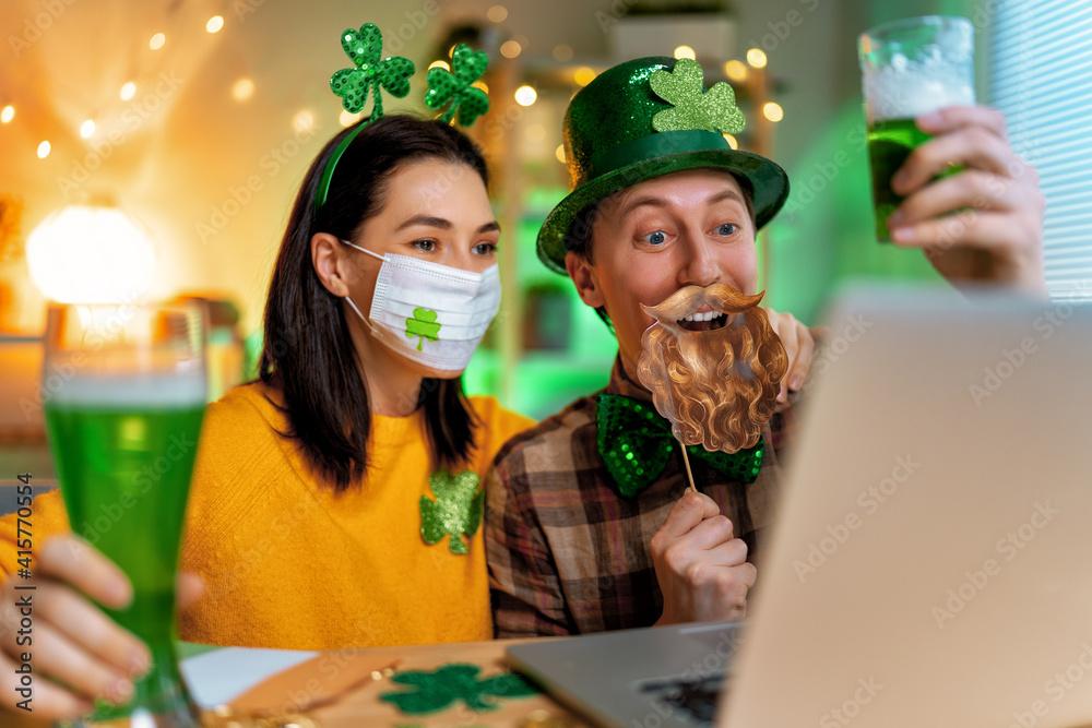 Fototapeta couple celebrating St. Patrick's Day