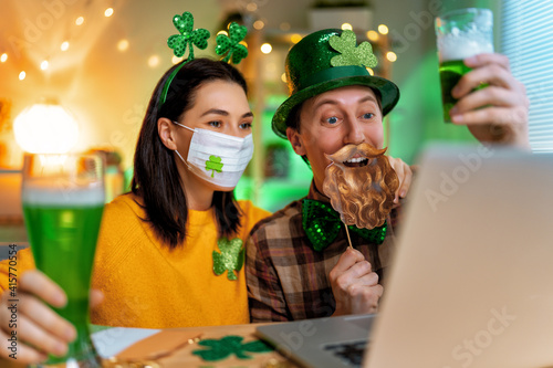 Fototapeta couple celebrating St. Patrick's Day obraz