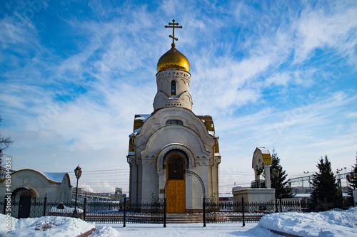 Obraz na plátně A church with a golden dome and a blue sky.