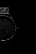 Reloj De Pulsera De Lujo Sobre Fondo Negro, Primer Plano. Espacio Para Texto