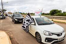 Carros Com Bandeiras E Adesivos, Enfileirados Para Manifestação. Carreata.