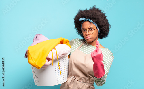 Fotografia black afro woman feeling angry, annoyed, rebellious and aggressive, flipping the middle finger, fighting back