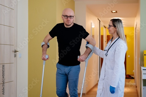 Female doctor visiting a patient at home after an accident. Leg in plaster. © Daniel Jędzura