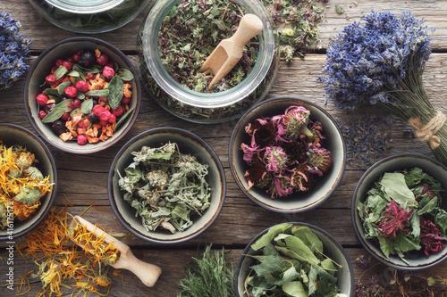 Billede på lærred Bowls and jars of dry medicinal herbs