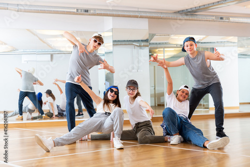 Photo Group of dancing teenagers posing in dance studio