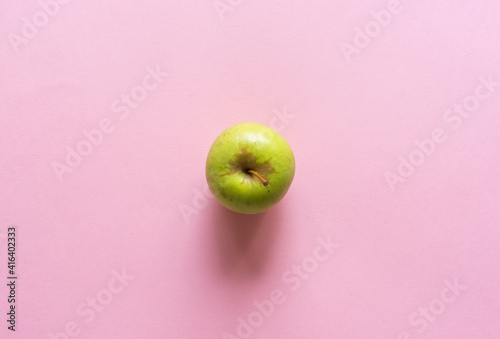 Tableau sur Toile Directly above closeup of green granny smith apple on pink background