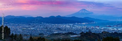 夕暮れ時の富士山と清水港そして清水の市街地 静岡県静岡市日本平にて Fototapet