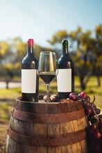 Calice Con Bottiglie Di Vino Rosso Su Una Botte