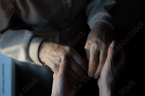 Fotografia very elderly great-grandmother and granddaughter hold hands