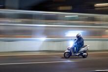 夜走るのスクーター