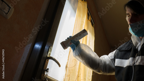 Photo csi investigator at the crime scene who inspects with blue flashlights and takes