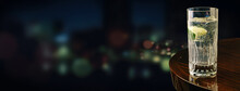 夜景の見えるホテルのバーのテーブルの上にあるカクテル。