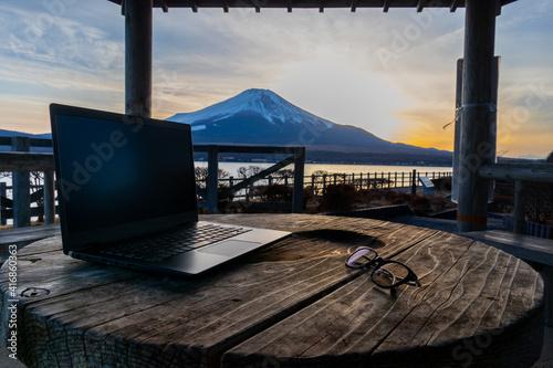 Carta da parati リモートワーク イメージ 富士山の見える夕方の山中湖畔で remote working at the foot of mount Fuji