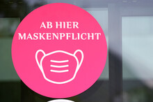 Maskenpflicht In Einem Shopping Center In Wien, Österreich, Europa - Mask Requirement In A Shopping Mall In Vienna, Austria, Europe.
