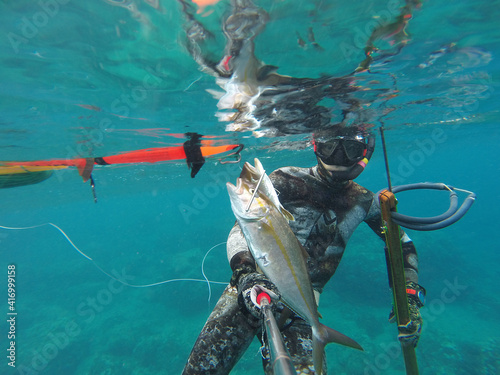 Fotografering spearfishing in sea