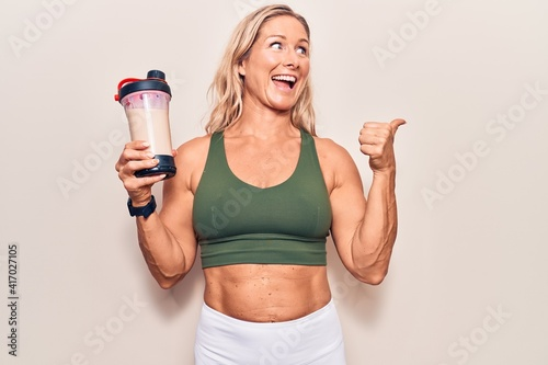 Fotografia Middle age caucasian blonde woman wearing sport clothes drinking a protein shake