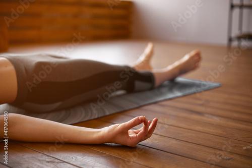 Foto Young attractive woman practicing yoga, Savasana pose